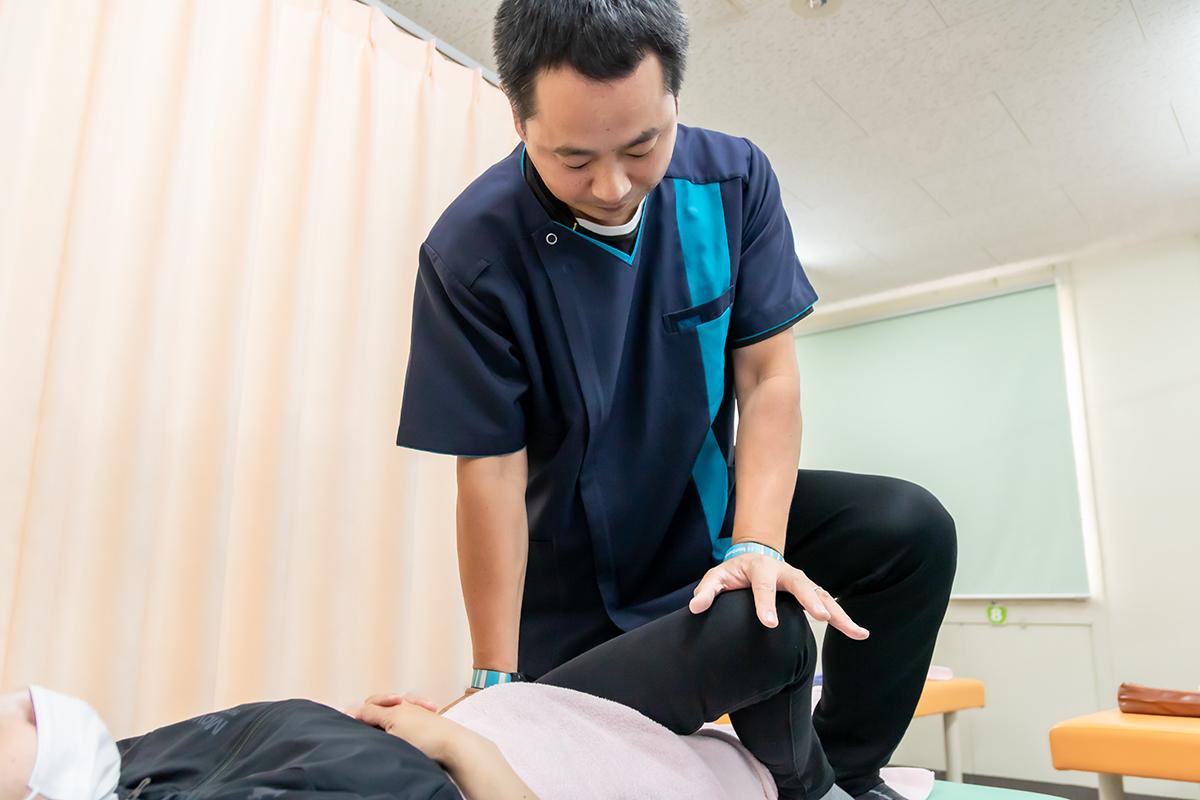 坐骨神経痛を施術する様子
